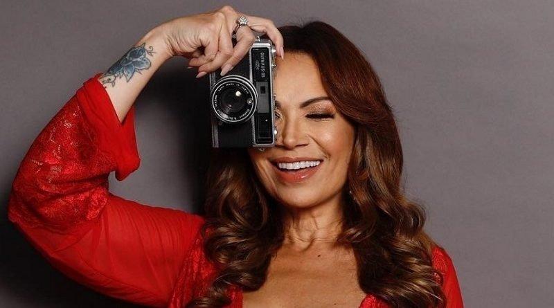 Aos 44 anos, Solange Almeida posa de lingerie e seguidores elogiam